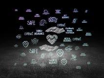 Conceito do seguro: Coração e palma na sala escura do grunge Fotografia de Stock