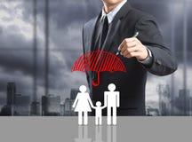 Conceito do seguro do desenho do homem de negócio