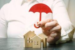 Conceito do seguro patrimonial Proteção da HOME Abrigando o apoio Serviços do agente de seguros segurança e segurança De madeira  foto de stock royalty free