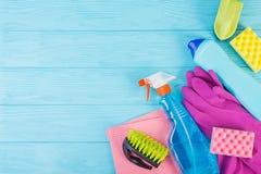 Conceito do serviço da limpeza Grupo de limpeza colorido para superfícies diferentes na cozinha, no banheiro e nas outras salas V foto de stock