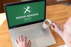 Conceito do serviço de reparações em um portátil fotografia de stock