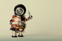 Conceito do serviço de reparações Trabalhador manual retro do robô do estilo com chave de fenda Caráter do brinquedo do divertime Fotos de Stock Royalty Free