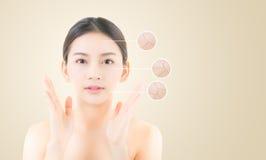 conceito do skincare e da saúde - cara asiática bonita da jovem mulher fotografia de stock royalty free