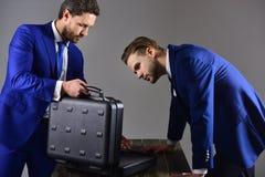 Conceito do subôrno da oferta Os homens de negócios oferecem a transação ilegal ou o Br Imagem de Stock