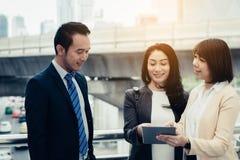 Conceito do sucesso comercial: executivos que encontram o teamw de trabalho imagem de stock