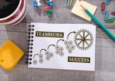 Conceito do sucesso dos trabalhos de equipa em um bloco de notas imagens de stock royalty free