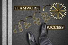 Conceito do sucesso dos trabalhos de equipa em uma estrada imagem de stock