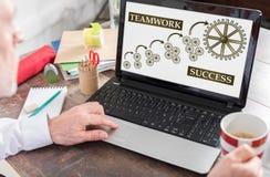Conceito do sucesso dos trabalhos de equipa em uma tela do portátil foto de stock royalty free