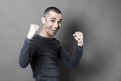 Conceito do sucesso para o homem 30s entusiasmado com mãos acima para o divertimento Imagens de Stock Royalty Free