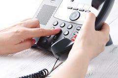 Conceito do telefone do centro de atendimento ou do escritório, número fêmea da imprensa do dedo no phonepad fotos de stock royalty free