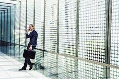 Conceito do telefone de Working Connecting Smart do homem de negócios imagem de stock royalty free