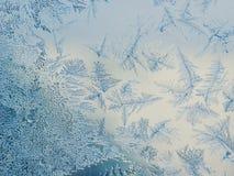 Conceito do tema do mundo de fantasia da estação do inverno: Imagem macro de testes padrões claros coloridos de Frosty Window Gla imagens de stock royalty free