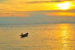 Conceito do tempo de férias, barco de A que vai e que estaciona no mar com tempo do por do sol ou tempo dourado e nuvem Fotos de Stock Royalty Free