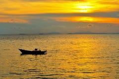 Conceito do tempo de férias, barco de A que vai e que estaciona no mar com tempo do por do sol ou tempo dourado e nuvem Imagem de Stock Royalty Free