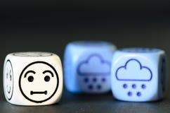 Conceito do tempo triste da neve/inverno - o emoticon e o tempo cortam Foto de Stock