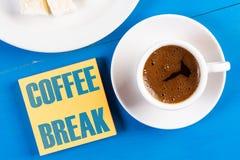 Conceito do texto da ruptura de café com a xícara de café na tabela foto de stock royalty free