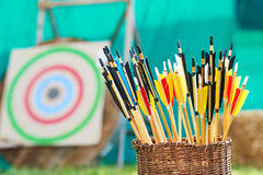 Conceito do tiro ao arco Cesta com as setas na frente do alvo Imagem de Stock Royalty Free