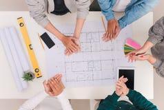 Conceito do trabalho da equipe Colegas masculinos e fêmeas do arquiteto que aplaudem Foto de Stock Royalty Free
