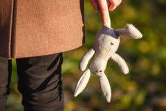 Conceito do transtorno mental Mulher infantil nova que guarda o rabino do brinquedo foto de stock royalty free
