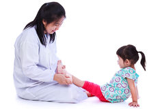 Conceito do tratamento médico do traumatismo da criança Isolado no branco Imagens de Stock