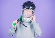 Conceito do treinamento do basebol Menino no bast?o de beisebol da posse do capacete Esporte e passatempo Cuidado sobre a seguran foto de stock royalty free