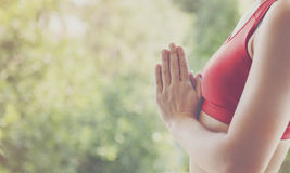 Conceito do treinamento da pose da prática da ioga da mulher foto de stock royalty free