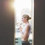 Conceito do treinamento da pose da prática da ioga da mulher fotos de stock royalty free