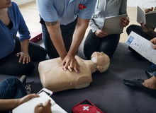 Conceito do treinamento dos socorros do CPR primeiro fotos de stock
