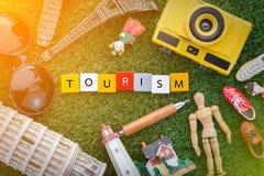 Conceito do turismo com lembranças em todo o mundo na grama verde Imagens de Stock Royalty Free