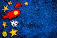 Conceito do turismo de espaço Foguete ou nave espacial tirada perto das estrelas, planetas, asteroides no espaço azul da cópia da Imagens de Stock