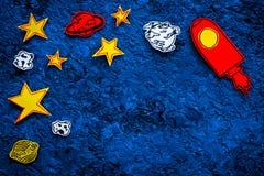 Conceito do turismo de espaço Foguete ou nave espacial tirada perto das estrelas, planetas, asteroides no espaço azul da cópia da Fotografia de Stock