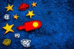 Conceito do turismo de espaço Foguete ou nave espacial tirada perto das estrelas, planetas, asteroides no espaço azul da cópia da Imagem de Stock Royalty Free