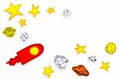 Conceito do turismo de espaço Foguete ou nave espacial tirada perto das estrelas, planetas, asteroides no espaço branco da cópia  Imagem de Stock