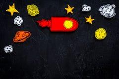 Conceito do turismo de espaço Foguete ou nave espacial tirada perto das estrelas, planetas, asteroides no espaço preto da cópia d Fotografia de Stock