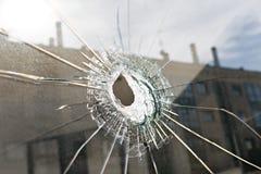 Conceito do vandalismo ou da violência Vidro quebrado com furo fotos de stock royalty free