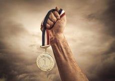 Conceito do vencedor no fundo das nuvens Fotografia de Stock