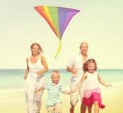 Conceito do verão do feriado da apreciação da praia da família Imagem de Stock
