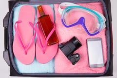 Conceito do verão - mala de viagem completamente de artigos das férias Foto de Stock Royalty Free