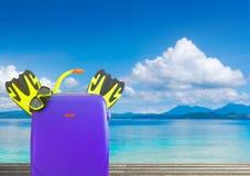 Conceito do verão que viaja com mala de viagem e o accessor coloridos Foto de Stock