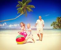 Conceito do verão do divertimento de Daughter Son Beach do pai Imagens de Stock Royalty Free