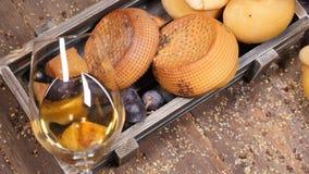 Conceito do vinho e do queijo Conceito da arte do alimento Amantes do queijo Variedade de queijo colocada na placa de madeira com video estoque