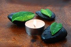 Conceito do zen com pedras e folhas imagens de stock royalty free