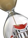 Conceito dos bens imobiliários. Ampulheta e casa. ilustração stock