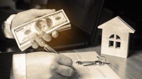 Conceito 6 dos bens imobiliários Comprando e vendendo casas Apartamento do aluguel Venda da propriedade Hipoteca e pagamento dos  foto de stock