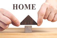 Conceito 6 dos bens imobili?rios Modelo de madeira da casa na tabela de madeira, fundo branco imagem de stock