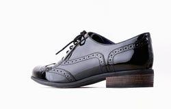 Conceito dos calçados Imagem horizontal Pares de sapatas de couro clássicas fêmeas pretas isoladas no fundo branco Fotos de Stock