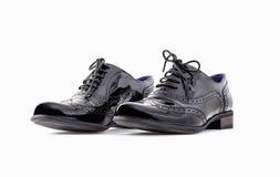 Conceito dos calçados Imagem horizontal Pares de sapatas de couro clássicas fêmeas pretas isoladas no fundo branco Imagem de Stock
