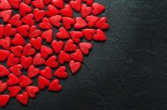 Conceito dos corações de Valentine Day no fundo de pedra escuro fotos de stock royalty free