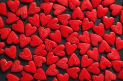 Conceito dos corações de Valentine Day no fundo de pedra escuro fotografia de stock royalty free