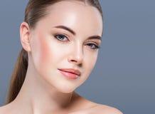 Conceito dos cuidados com a pele do retrato da beleza da mulher no fundo azul imagem de stock royalty free